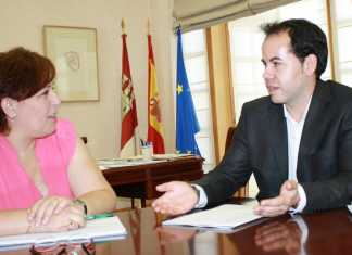 la delegada del gobierno regional, Carmen Olmedo, junto con el alcalde de Herencia Sergio García-Navas