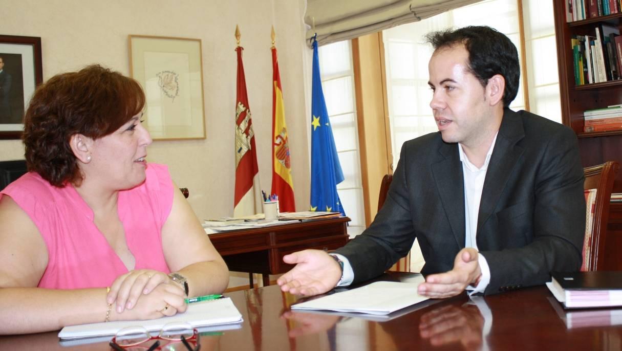 carmen olmedo con alcalde herencia - Reunión del alcalde con la delegada del gobierno regional