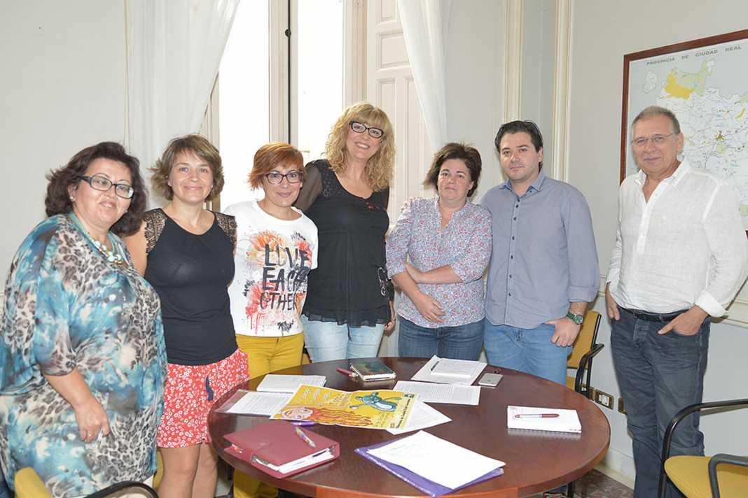 Reunion de biblotecarios de Ciudad Real en la diputación 1068x712 - Los bibliotecarios de Ciudad Real presentan su programa en Diputación