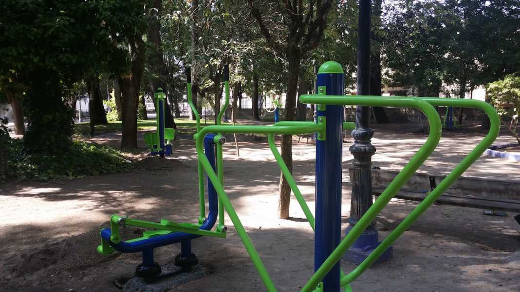 circuito de máquinas de gimnasia en el Parque Municipal