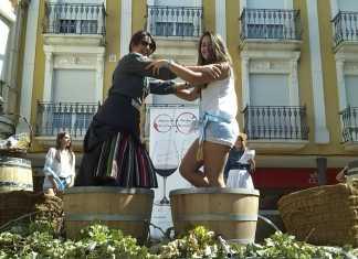 Pisada de uva durante la III fiesta de la vendimia de Herencia
