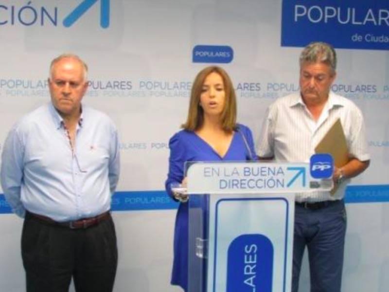 Cristina Rodríguez de Tembleuqe junto a dos concejales más del Partido Popular de Herencia