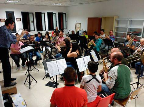 """Ensayo de la agrupación musical """"Santa Cecilia"""" de Herencia dirigido por Julio Antonio Maroto"""