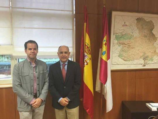 Foto alcalde de Herencia con el director de carreteras (2)