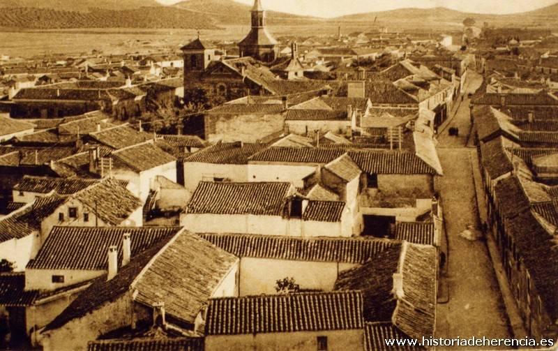 Vista panorámica de Herencia tomada desde la torre de la iglesia parroquial. Al fondo se observa el antiguo convento de La Merced junto a su recoleta iglesia conventual en torno a año 1930.