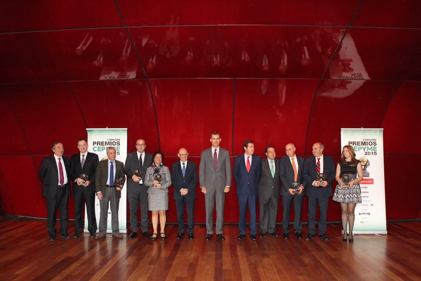 Don felipe rey con autoridades y galardonados premios cepyme 2015