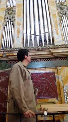 Eduardo Bribiesca organero encargado de la restauracion del organo barroco de Herencia10 236x420 - Restaurado el órgano parroquial. Entrevista a Eduardo Bribiesca Fernández organero