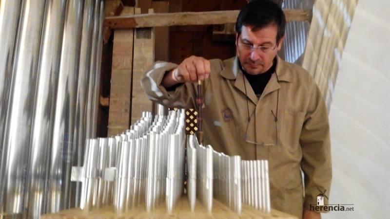 Eduardo Bribiesca organero encargado de la restauración del órgano barroco de Herencia. Foto de Ángela Bribiesca