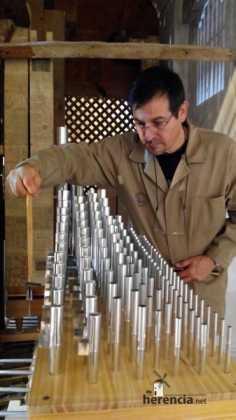 Eduardo Bribiesca organero encargado de la restauracion del organo barroco de Herencia5 236x420 - Restaurado el órgano parroquial. Entrevista a Eduardo Bribiesca Fernández organero