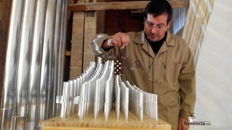 Eduardo Bribiesca organero encargado de la restauracion del organo barroco de Herencia6 747x420 - Restaurado el órgano parroquial. Entrevista a Eduardo Bribiesca Fernández organero