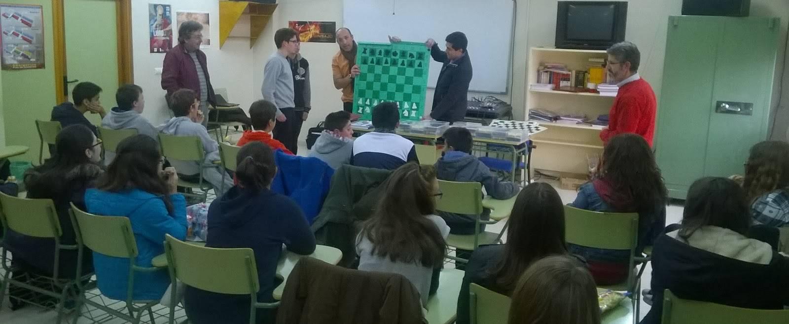 """El AMPA """"Jesús Ruiz"""" colabora con el club de ajedrez del grupo Atropos, dotándolo de material"""