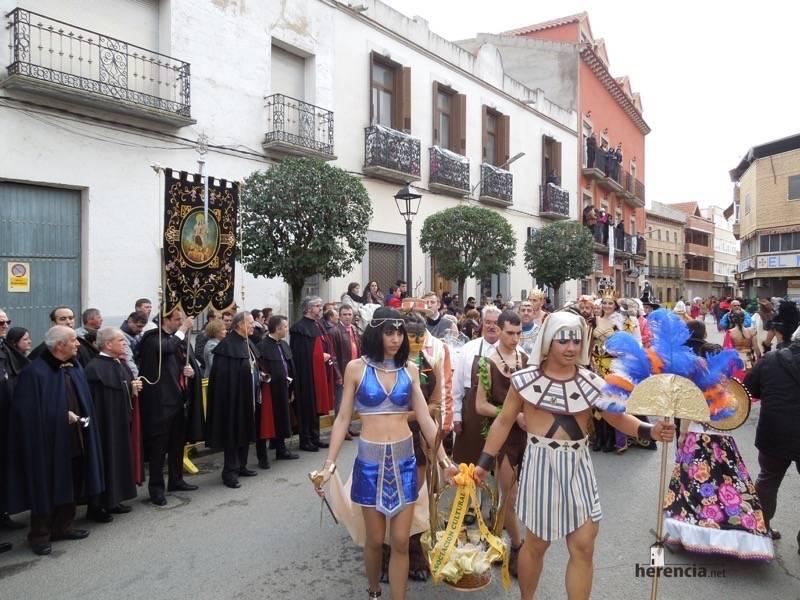 Grupos de carnaval entrando a ofrecer delante del estandarte de ánimas de Herencia