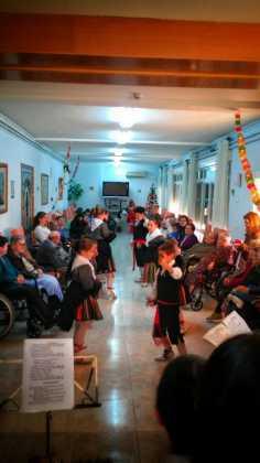 """villancicos en las residencias de mayores de Herencia1 236x420 - Fotogalería del concierto de villancicos de """"La Azucena de San José"""""""