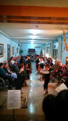"""villancicos en las residencias de mayores de Herencia2 236x420 - Fotogalería del concierto de villancicos de """"La Azucena de San José"""""""