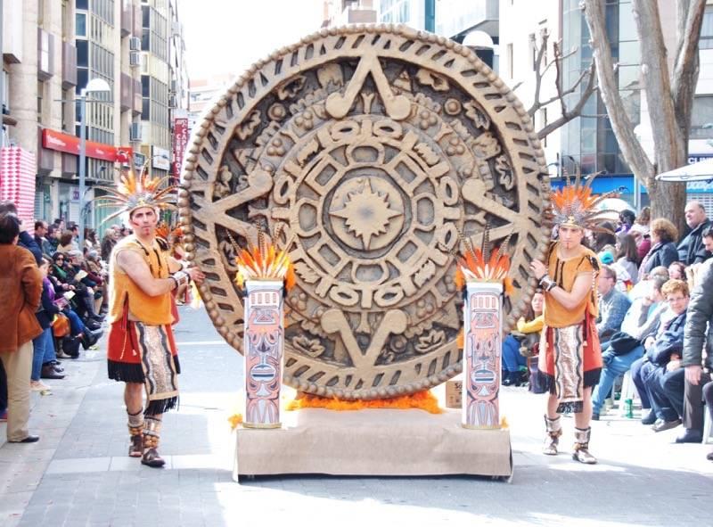 """Axonsou y su """"Conquista del Imperio Azteca"""" desfilando en Ciudad Real durante el Domingo de Piñata"""