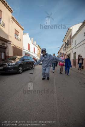 DSC 1998 pasacalles domingo carnaval herencia carrero fotos 281x420 - Perlé corriendo en el pasacalles del domingo