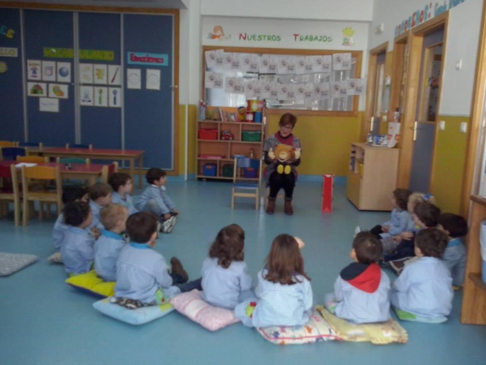 biblioteca lleva cuentos a escuela infantil