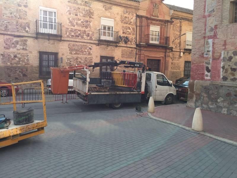 operarios para retirar placas del convento de herencia 2