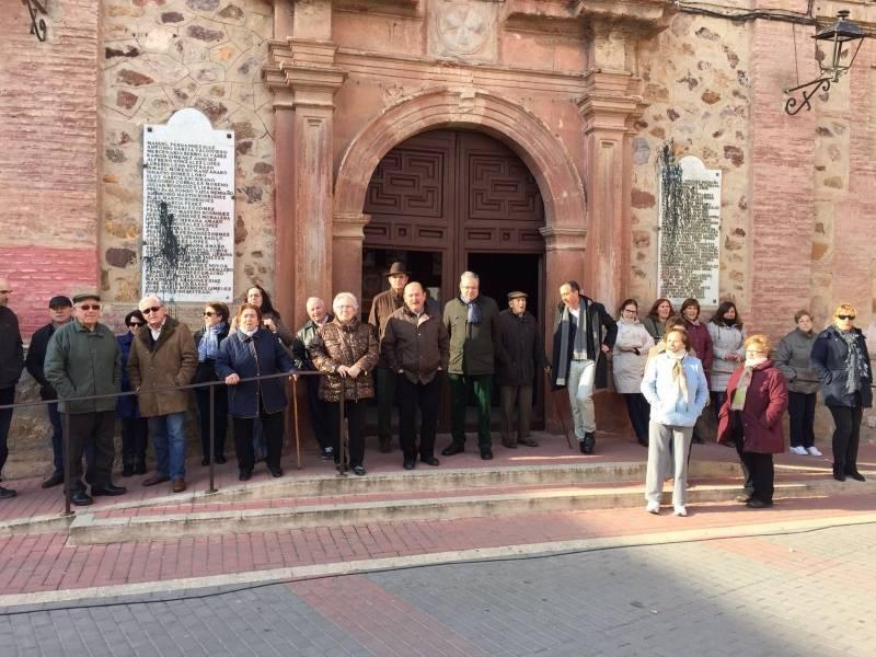 Un grupo de vecinos impide que se retiren las placas que hay en la fachada del Convento de Herencia en homenaje a los caídos 1