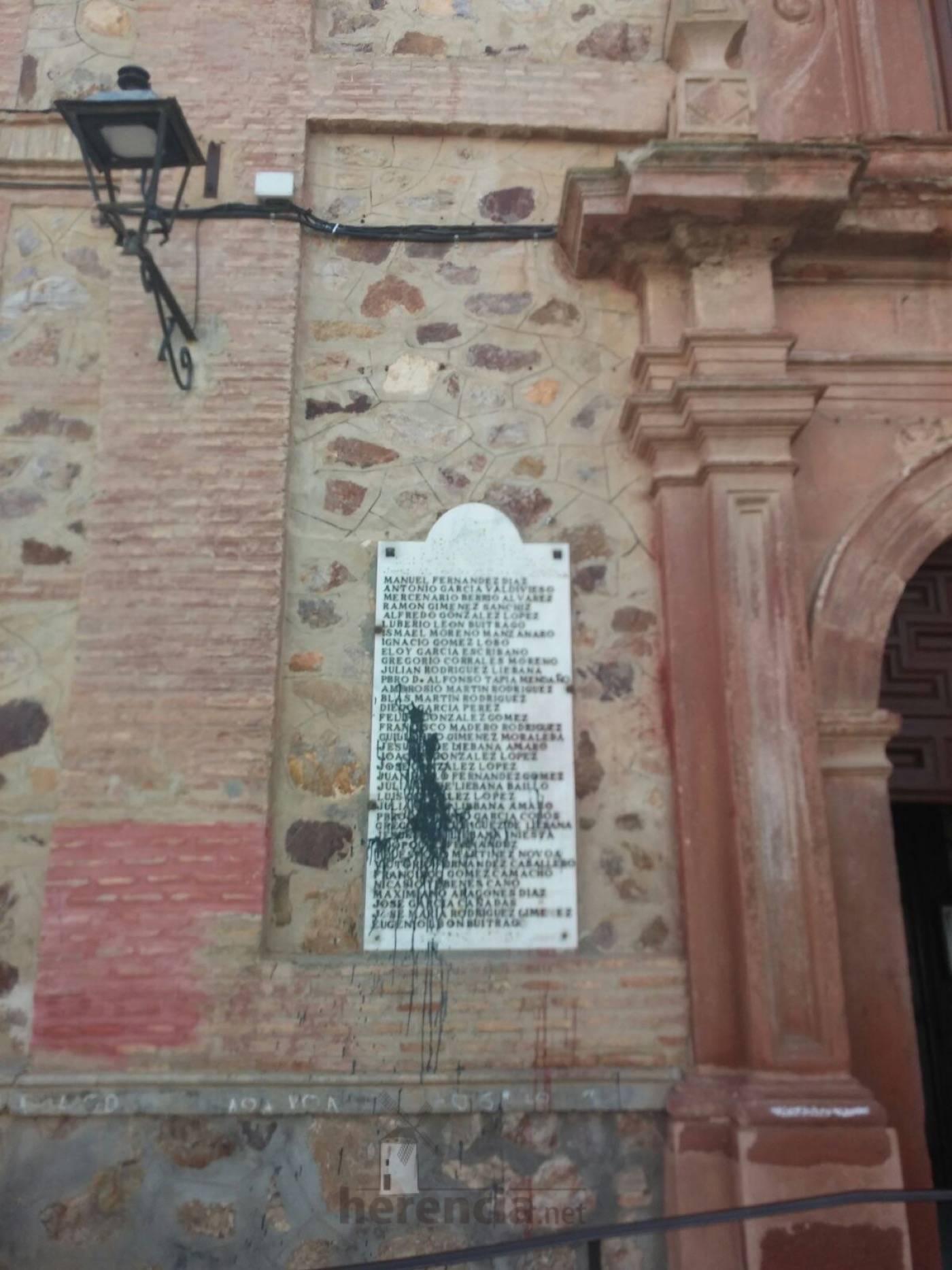 placas en memoria a los caidos en fachada del convento de herencia 1 - Eliminadas las leyendas franquistas de la placas de Herencia en honor a los caídos