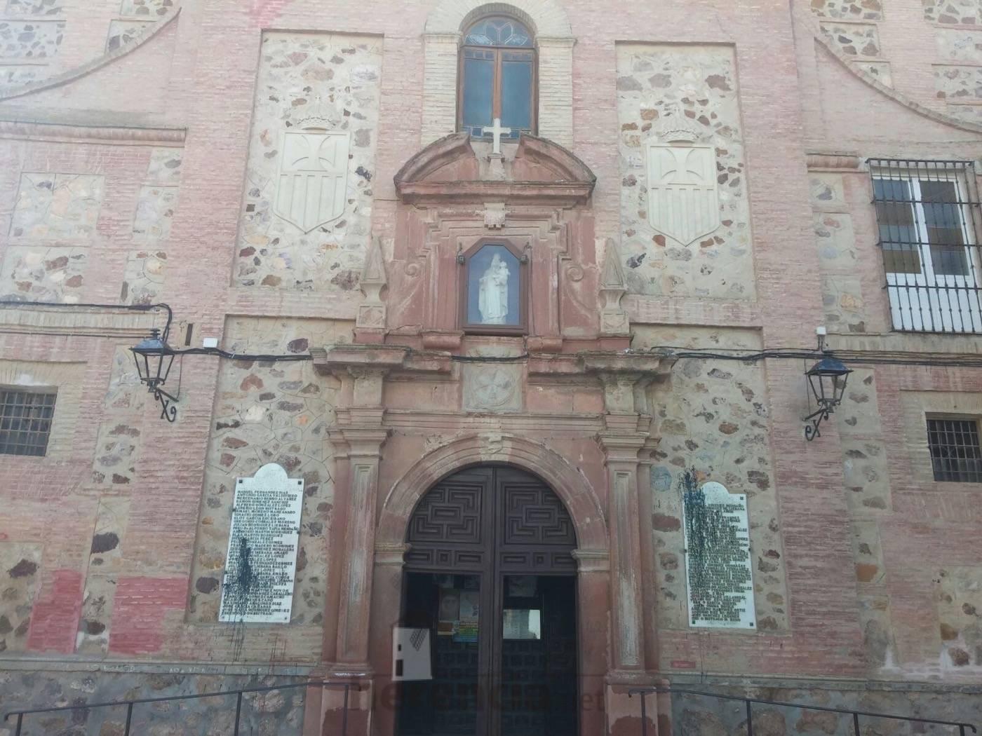 placas en memoria a los caidos en fachada del convento de herencia 2 - Eliminadas las leyendas franquistas de la placas de Herencia en honor a los caídos