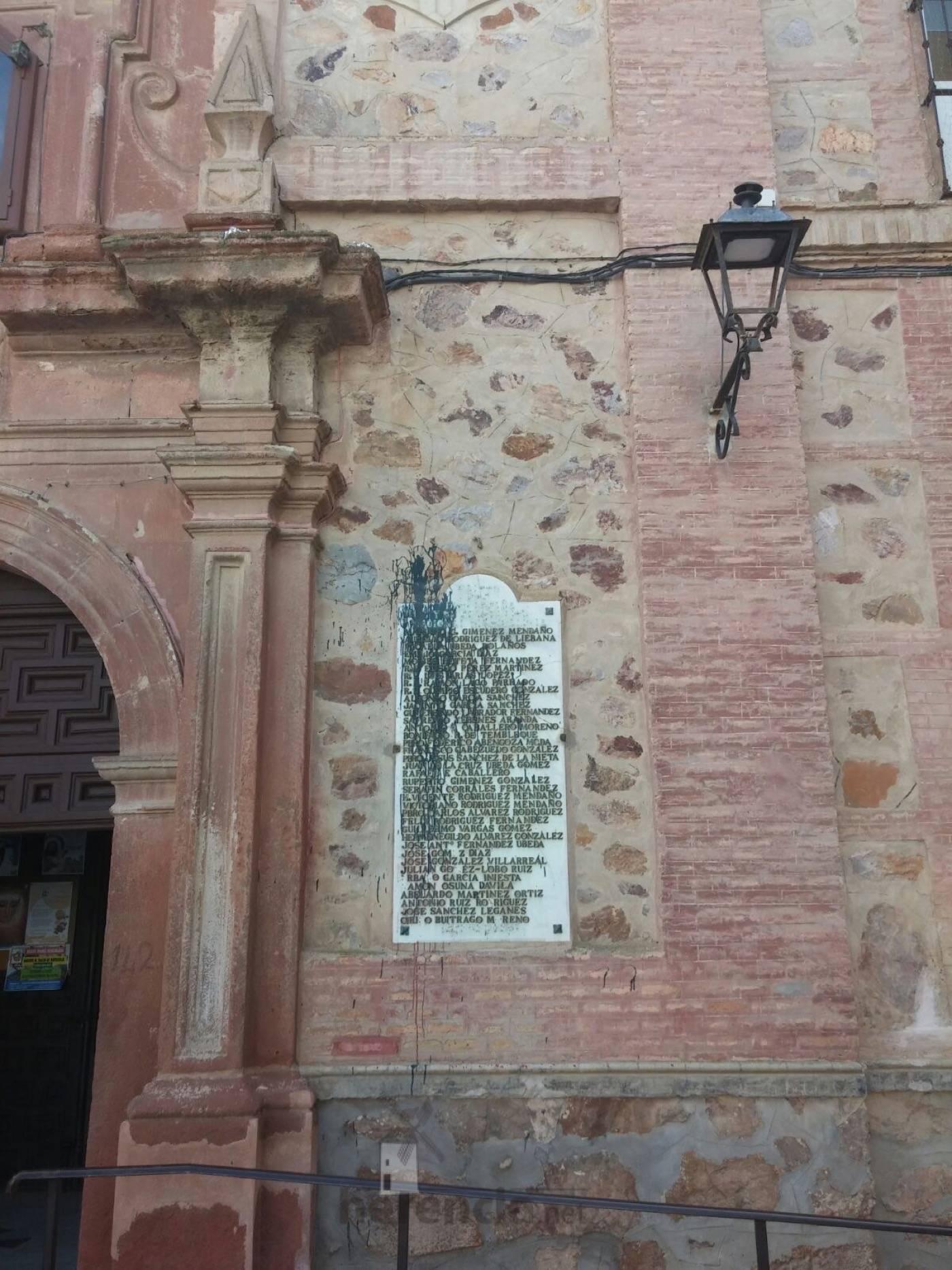 placas en memoria a los caidos en fachada del convento de herencia 3 - Eliminadas las leyendas franquistas de la placas de Herencia en honor a los caídos