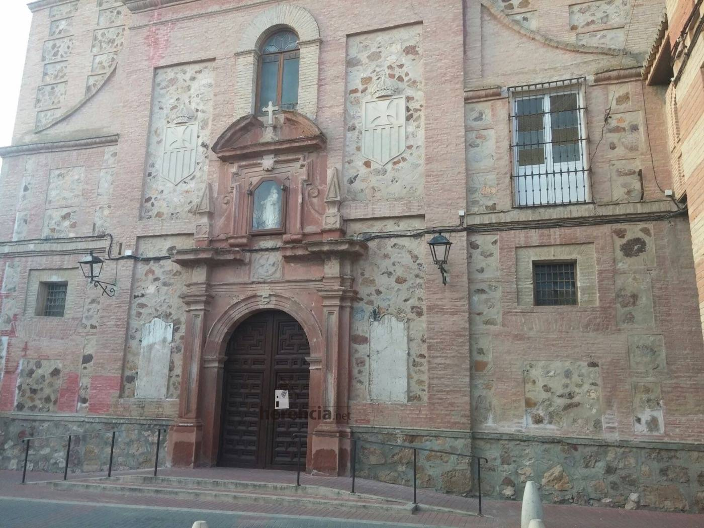 retirada de placas de fachada del convento en Herencia 1 - Confirmado, el Ayuntamiento retiró de madrugada las placas de la fachada del Convento