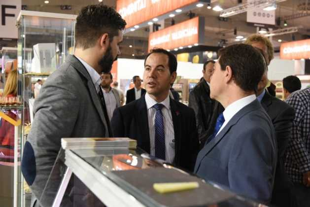 Gomez Moreno en Alimentaria 629x420 - El presidente regional visita a las empresas de Herencia en Alimentaria 2016