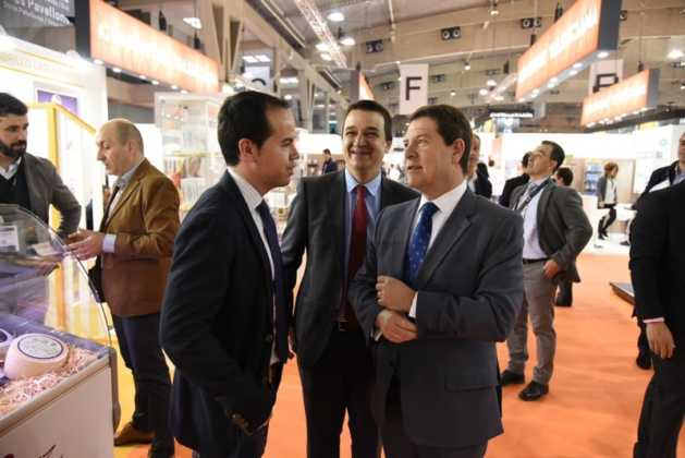 Quesos Gomez Moreno en Alimentaria 2016 629x420 - El presidente regional visita a las empresas de Herencia en Alimentaria 2016