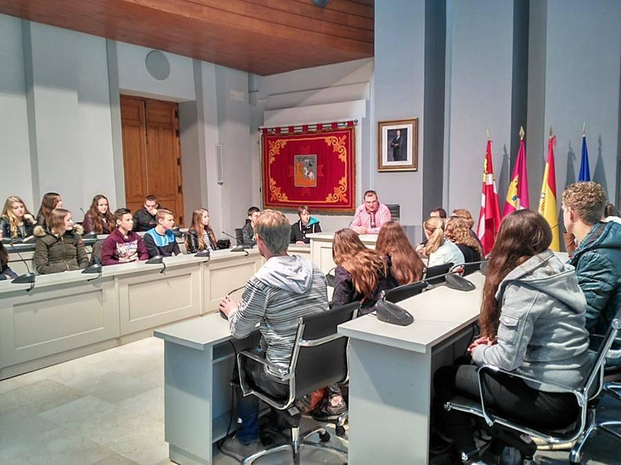 alumnos holandeses en alcazar 2 - El ayuntamiento abre sus puertas a los alumnos holandeses que participan en un programa de intercambio