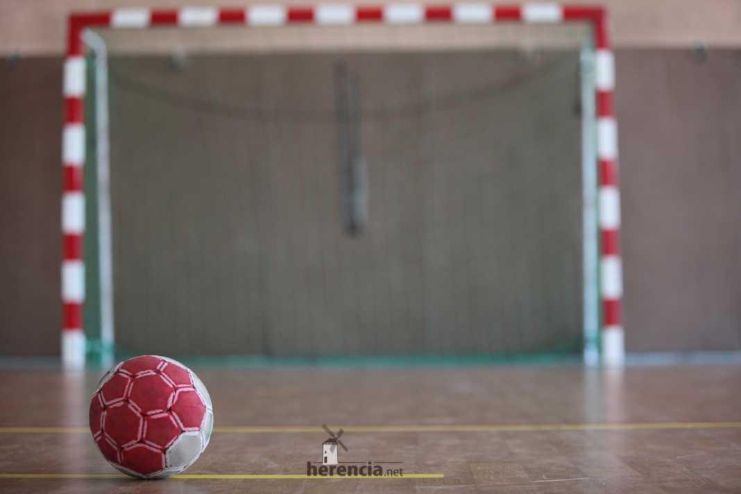 balonmano porteria y balon 1068x712 - El campeón de liga no da opción al balonmano Herencia