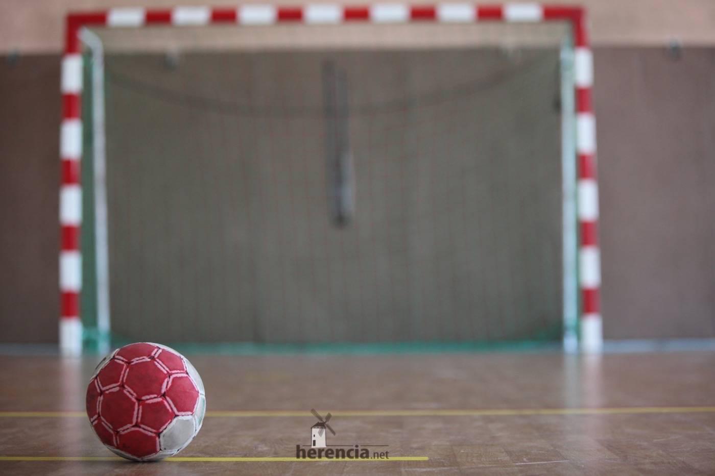 balonmano porteria y balon - El campeón de liga no da opción al balonmano Herencia