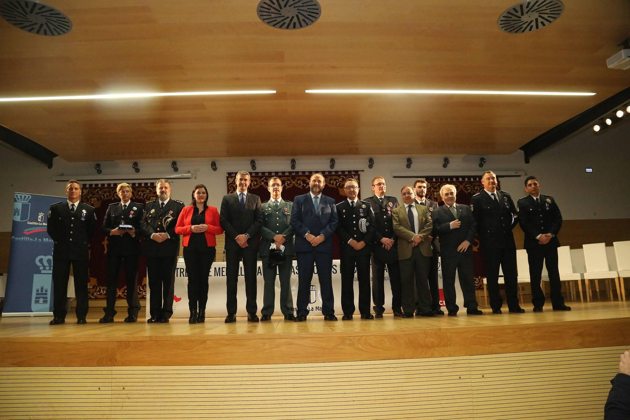 carta marco de servicios policiales en evento entrega medallas