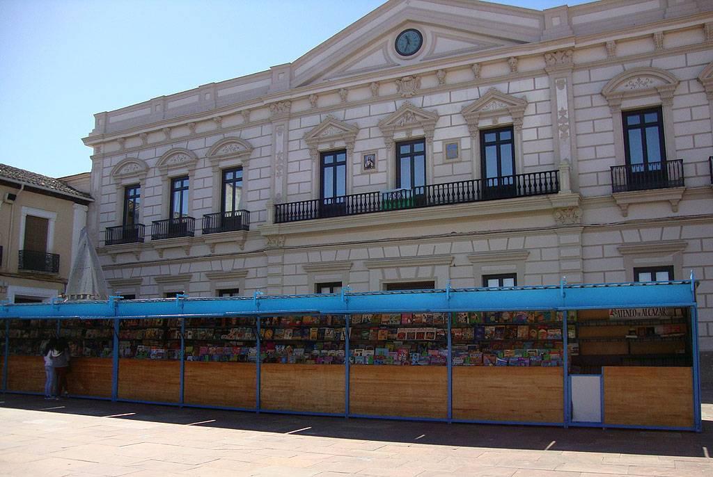 Inaugurada la feria del libro en la plaza de España 1