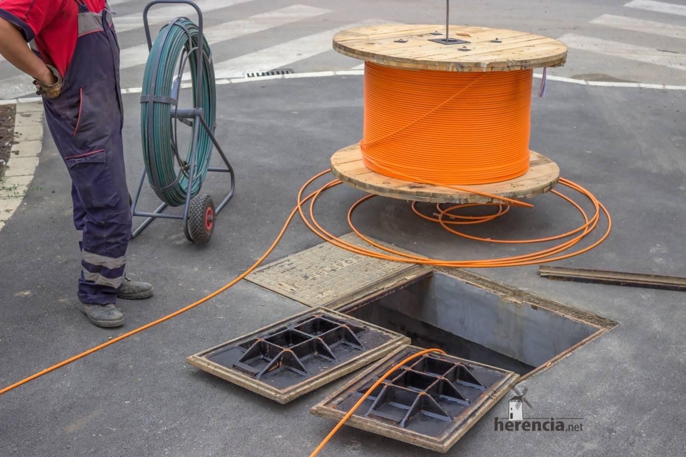 Instalación de fibra óptica en las calles