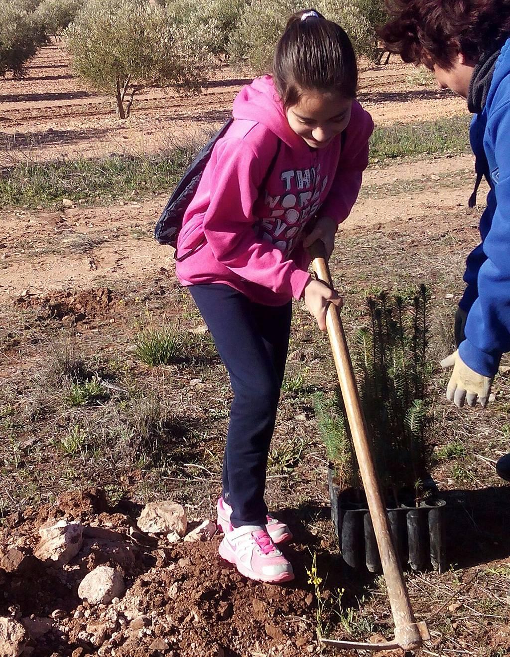 plantando un arbol en herencia - Lo más pequeños celebran el día del Árbol