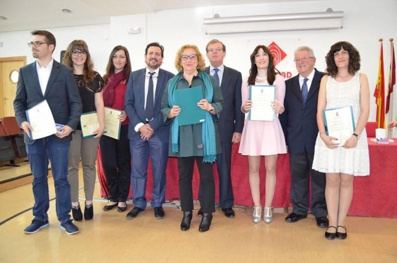 José Corrales Diaz-Pavon, primero por la izquierda,  recibiendo el premio por su master de investigación en la UCLM
