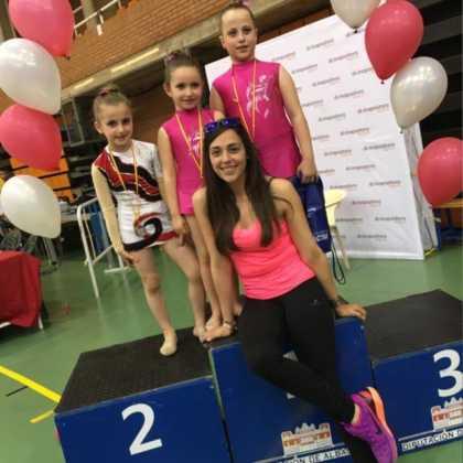monitora y chicas de gimnasia ritmica herencia 420x420 - Cuatro medallas en Campeonatos Regionales de Gimnasia Rítmica