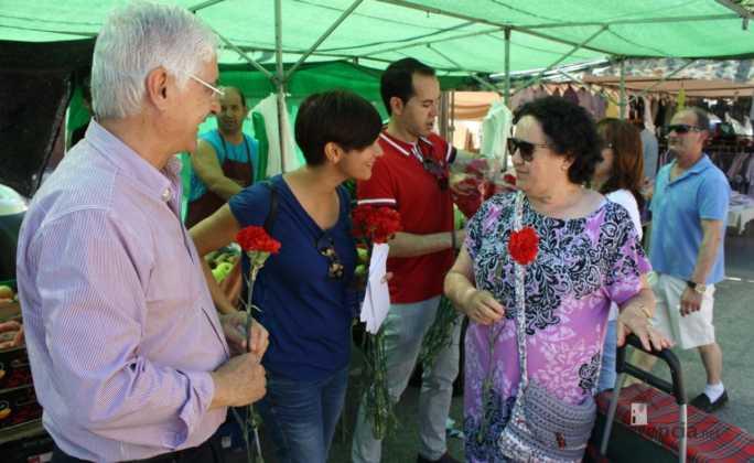 Isabel rodriguez y jose maria barrera en mercadillo de Herencia 1 684x420 - PSOE organizó un encuentro intergeneracional en Herencia
