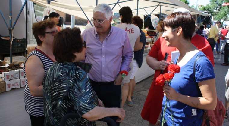 Isabel rodriguez y jose maria barrera en mercadillo de Herencia 2 760x420 - PSOE organizó un encuentro intergeneracional en Herencia