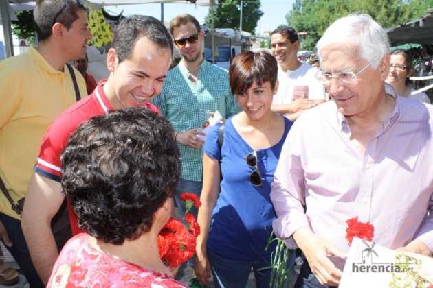 Isabel rodriguez y jose maria barrera en mercadillo de Herencia 3 630x420 - PSOE organizó un encuentro intergeneracional en Herencia
