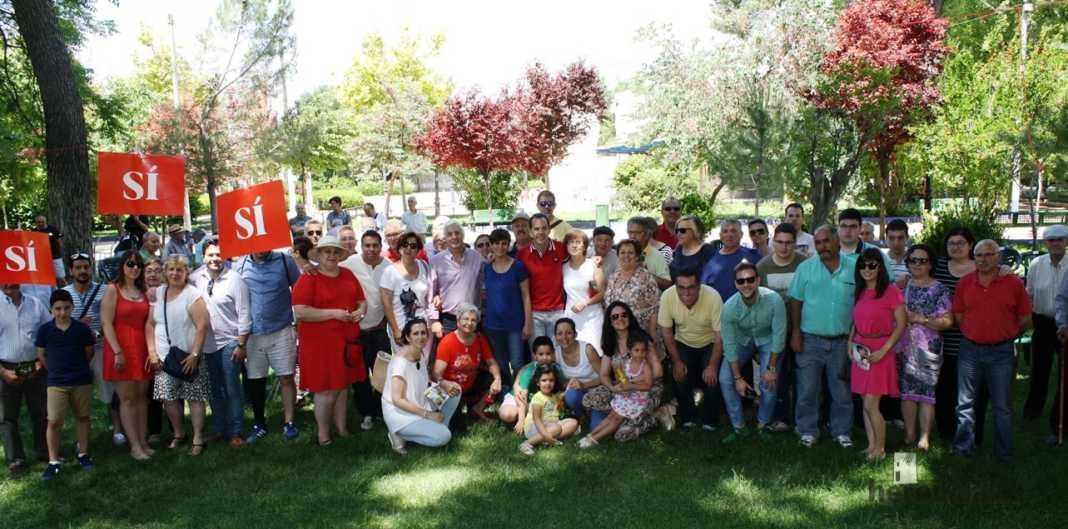 Isabel rodriguez y jose maria barrera en mercadillo de Herencia 4 1068x529 - PSOE organizó un encuentro intergeneracional en Herencia