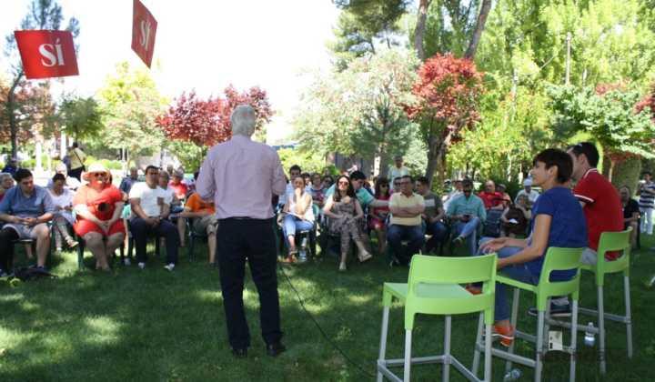 Isabel rodriguez y jose maria barrera en mercadillo de Herencia 5 720x420 - PSOE organizó un encuentro intergeneracional en Herencia
