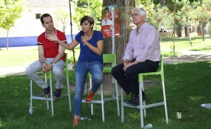 Isabel rodriguez y jose maria barrera en mercadillo de Herencia 6 687x420 - PSOE organizó un encuentro intergeneracional en Herencia