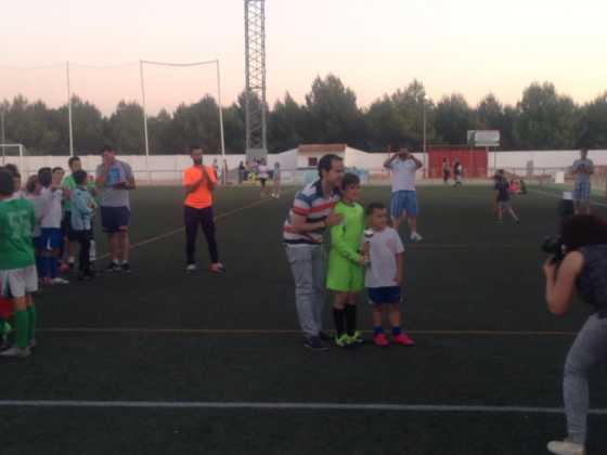 """V torneo futbol 8 con alcalde 560x420 - V Torneo de fútbol 8 """"Virgen de la Soledad"""""""