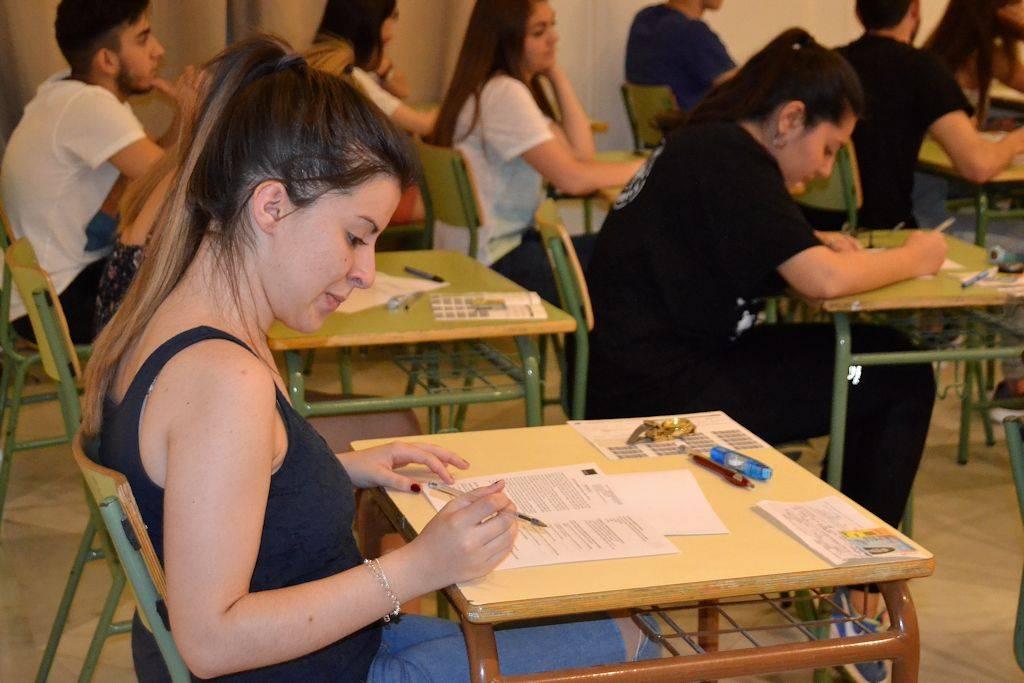 alumna concentrada en la realización de paeg selectividad 2016