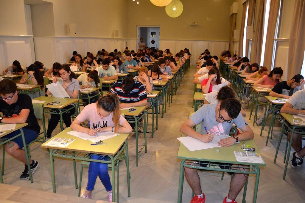 alumnos haciendo la paeg selectividad 2016 - Jóvenes herencianos se enfrentan a la última PAEG