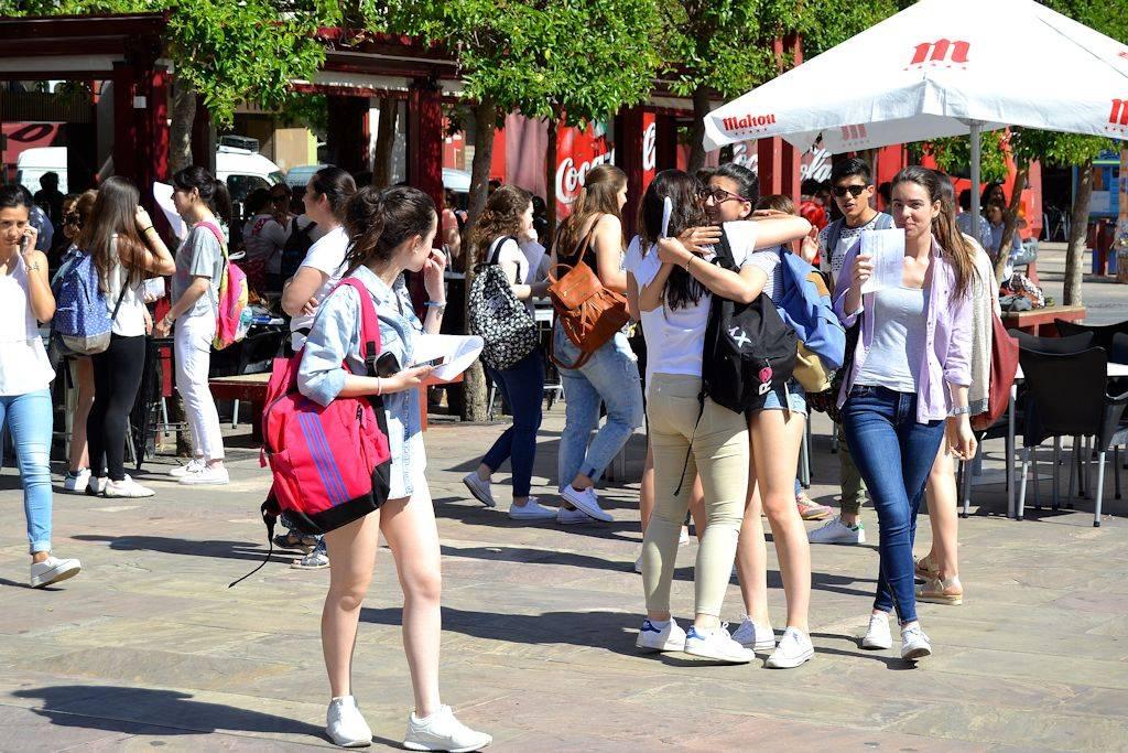 alumunos descansando de paeg selectividad 2016 - Jóvenes herencianos se enfrentan a la última PAEG