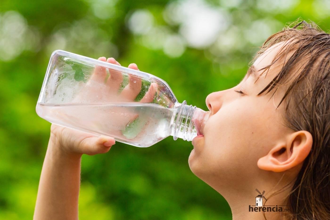 beber mucha agua con altas temperaturas