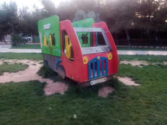 lamentable estado del parque infantil en herencia - 3